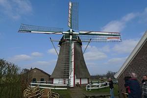 Vlag NL-doet hangt in de molen
